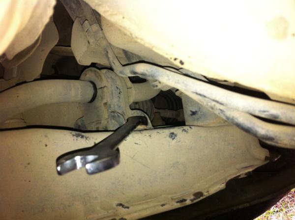 Демонтируем втулки переднего стабилизатора