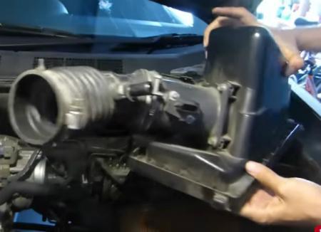 Снимаем корпус воздушного фильтра и воздуховод
