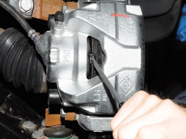 Меняем передние тормозные колодки на Nissan Terrano