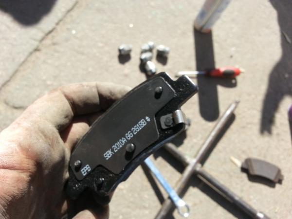 Меняем задние тормозные колодки (с электро ручником) на Kia Ceed
